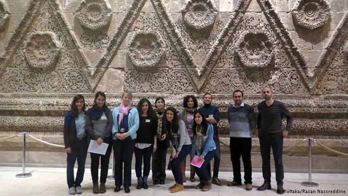 Multaka Teilnehmer vor der Mshatta Fassade im Pergamonmuseum
